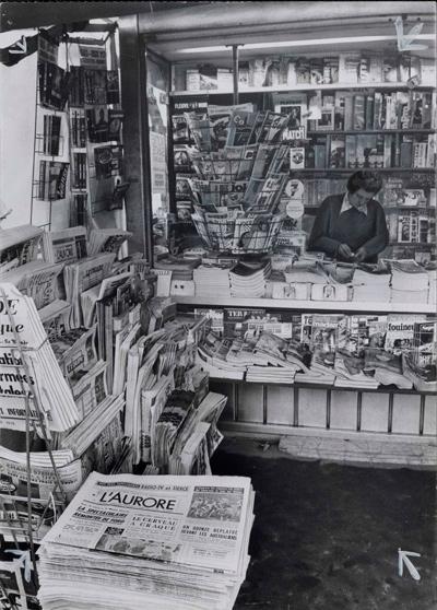 Photographie d'un kiosque à journaux, vers 1950 © Fonds du Journal L'Aurore BnF, département desEstampeset de la photographie – 2012