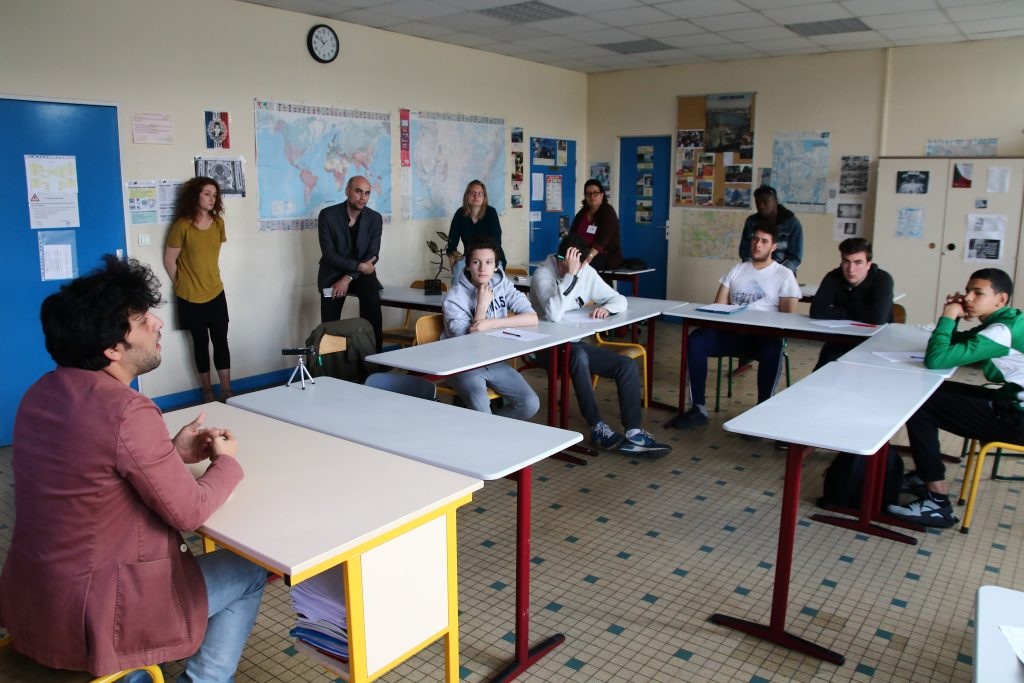 Le journaliste syrien Ahmad BASHA devant les élèves de TCI du Lycée professionnel Aristide Briand du Blanc-Mesnil ©Stefano LORUSSO