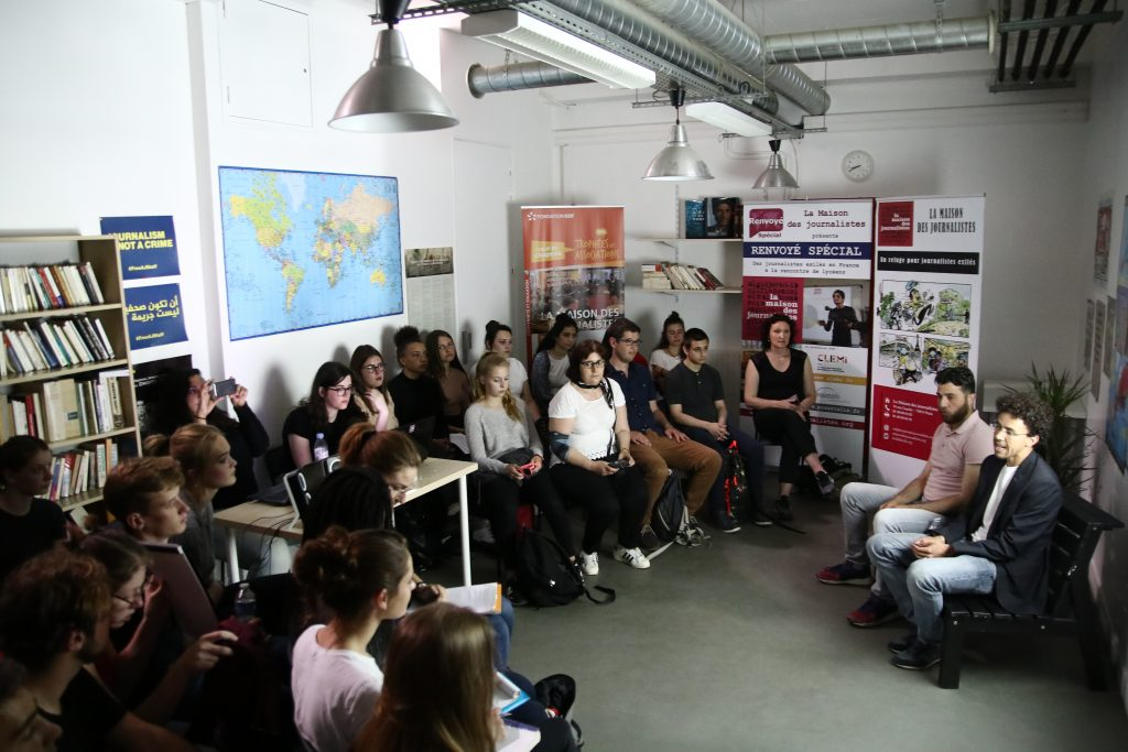 La classe de Première ESB du Lycée Marguerite de Navarre d'Alençon avec les journalistes Hicham MANSOURI et Zakaria ABDELKAFI © Stefano LORUSSO