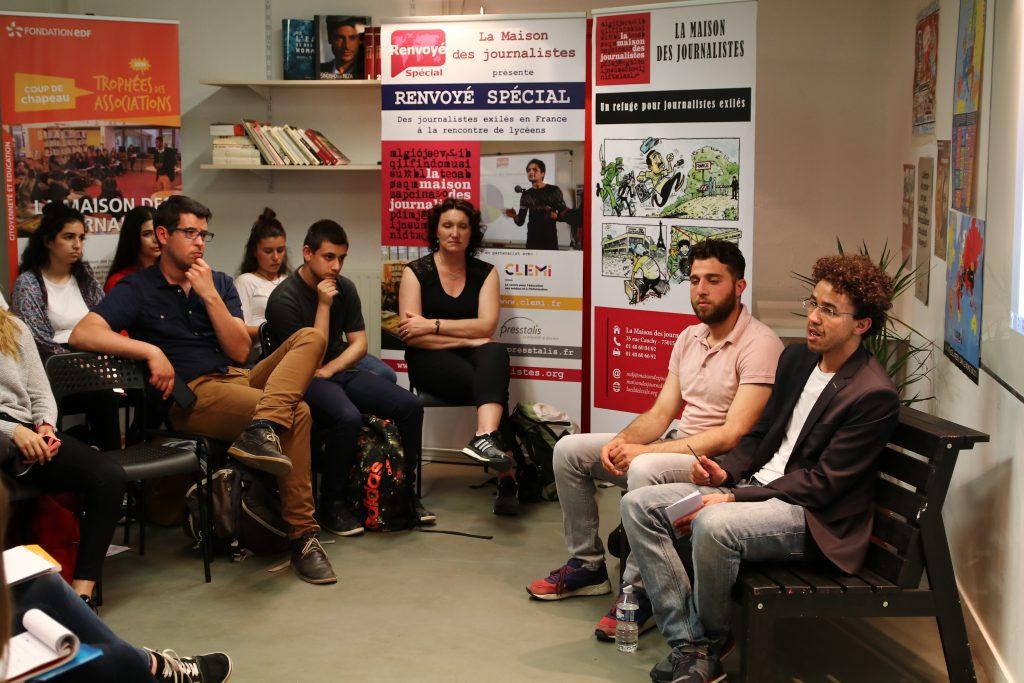 La classe de Première ESB du Lycée Marguerite de Navarre de Alençon avec les journalistes Hicham Mansouri et Zakaria Abdelkafi © Stefano LORUSSO
