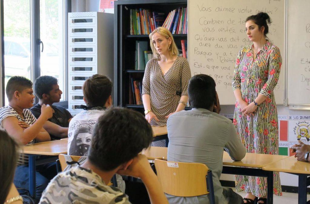 La journaliste tchétchène Zara MOURTAZALIEVA (à gauche) a raconté ses huit ans d'incarcération en Russie aux élèves étrangers de la classe UPE2A pour les sensibiliser à la liberté d'expression et de la presse © Hendrik DELAIRE/Le Parisien