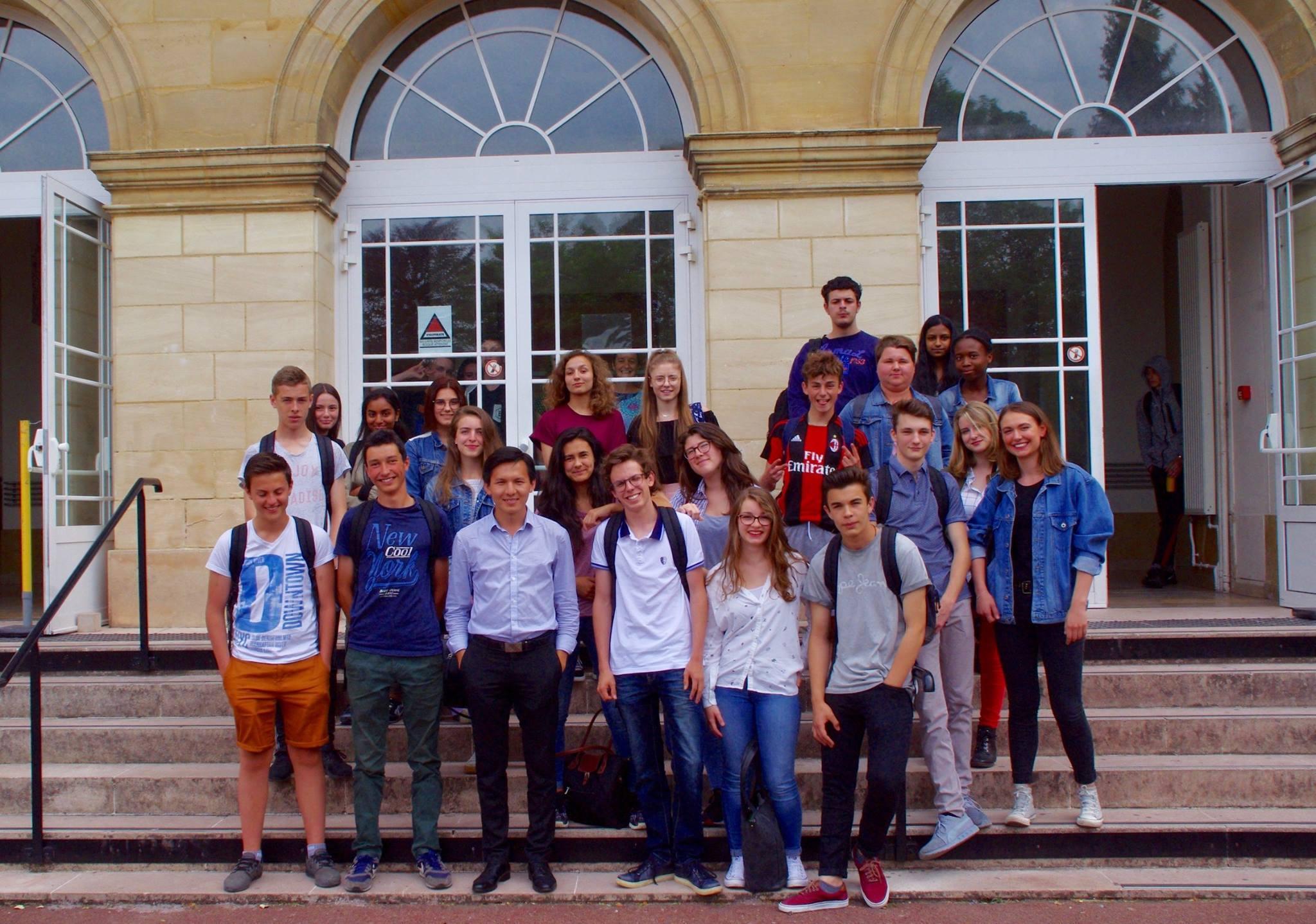 Mortaza Behboudi avec les élèves du Lycée Jeanne-Hachette de Bouvais © Mortaza Behboudi